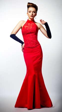 Slim bella donna che indossa newlywed lussuoso abito da sposa rosso. Bellezza pettinatura