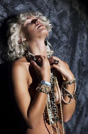 junge nackte m�dchen: Nude junge Blondine mit Halskette in erotischer Pose - studio shot