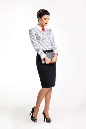 blusa: Businesslady pensativo en la moda falda y la blusa con el libro de sue�os