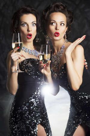 saúde: Parabéns! Moda feminina com vidros de vinho de champanhe Banco de Imagens