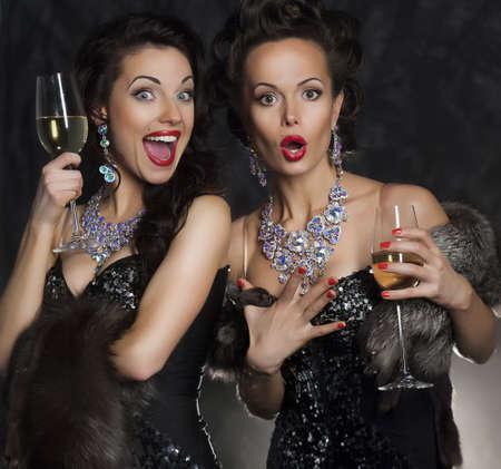 lesbianas: Un par de mujeres que celebran y tostar de cumpleaños en el restaurante. Fiesta