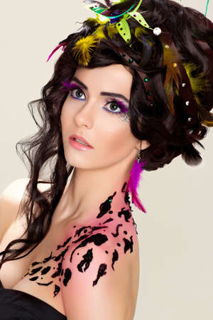 maquillaje de fantasia: Peinado de lujo futurista. Maquillaje brillante y tatuaje. Mujer de belleza Fancy Foto de archivo
