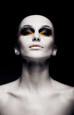 Schöne Glatze futuristischen ungewöhnliche Frau - sauber rasierten Kopf. Konzeptionelle Modedesign