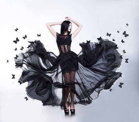 modelos desnudas: Oscilaci�n Mujer sensual en vestido Flutter agitar Negro con las mariposas