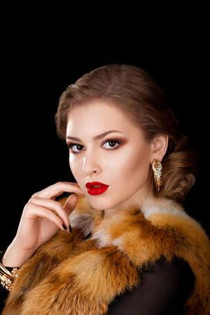 manteau de fourrure: Belle femme en manteau rouge avec fourrure de renard Collier - Cape Op�ra