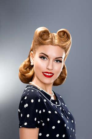 pin up vintage: Pin up stile. Elegante modello alla moda in abito retrò - Glamour Archivio Fotografico