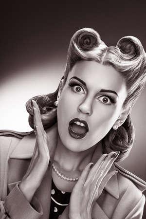 pin up vintage: Stile di modo - Ritratto Di Donna Bellezza retr� su sfondo grigio