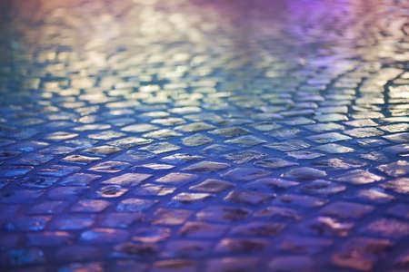 cobble: Ciottolo in pietra Pavement - Reflexion in Urban Night. Wet Blu Marciapiede