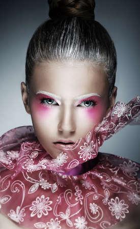 stage makeup: Donna elegante con viso Creative - art. Brillante Trucco Viola