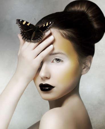maquillaje de fantasia: Mujer rom�ntica celebraci�n de la mariposa en la mano. Fantas�a