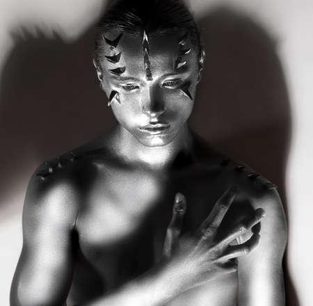 body paint: Hombre Cuerpo de plata en las sombras. Espinas silueta. Diseño de Arte Creativo