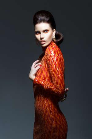 洗練されたスタイリッシュな女性とピカピカのイブニング ドレス - 高い社会