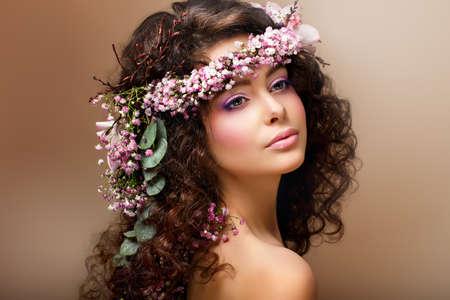 angel hair: Ninfa. Adorable morena sensual con guirnalda de flores se parece a �ngel