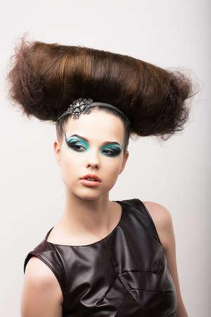 eigenaardig: Eigenaardige Emotionele Meisje met Odd Creative Styling. Fantastische Hairdo. High Fashion