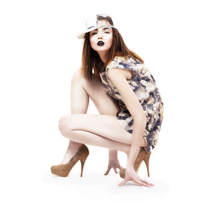 nifty: Lifestyle Glam Nifty Ultramodern Vrouw zitten in Heels Fashion Glamour