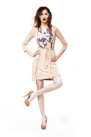 Glamour. Mujer con estilo con clase en Gafas Modernas de pie sobre una pierna Foto de archivo - 18262065