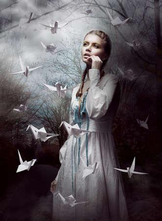 Night. Vrouw in Mysterious Forest lancering van handgeschept papier Kranen. Origami