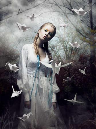 enigmatic: Mistero. Origami. Donna con White Pigeon carta. Fairy Tale. Fantasy Archivio Fotografico