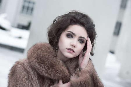 f�minit�: Portrait de la f�minit� sophistiqu�e Brunette en ext�rieur Brown Fur Coat