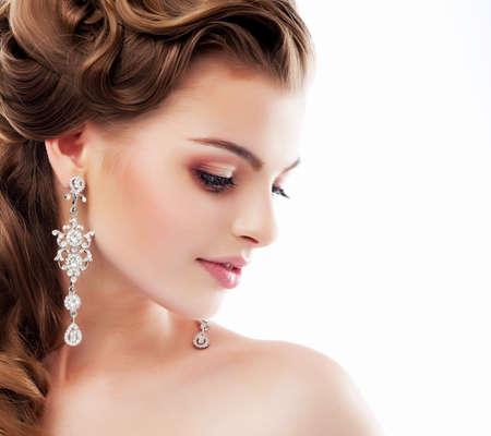 f�minit�: Pure Beauty. Profil aristocratique de Lady avec Boucles d'oreilles diamant brillant sourire. F�minit� et Sophistication