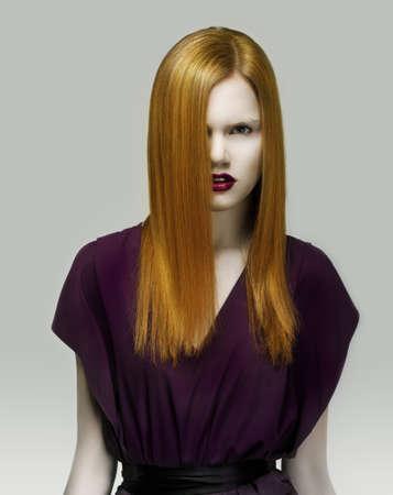 arrogancia: Stare. Mujer pelirroja exquisito estilo en vestido de violeta. Arrogancia