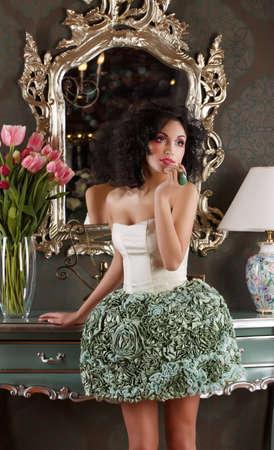 coquete: Coquette Curly cabelo Mulher no vestido elegante sobre Espelho Vintage
