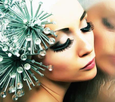 maquillaje fantasia: Modelo de moda peinado refleja en el espejo - maquillaje brillante