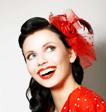 ni�as sonriendo: Vitalidad alegre Mujer joven con el lazo rojo disfrutando de placer