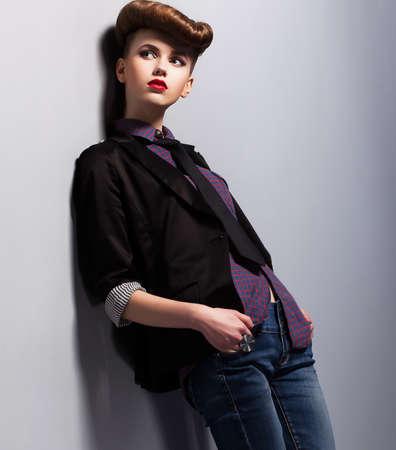 nifty: Modieuze Trend. Onafhankelijke Nifty Vrouw in Pin-up Kostuum in Reverie. Elegantie