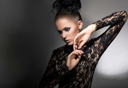 f�minit�: F�minit�. Attractive Woman stylis� en robe noire avec Bow-noeud. Propret�