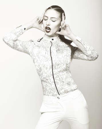 eigenaardig: Charisma. Eigenaardige Emotionele Woman in White. Fantasie