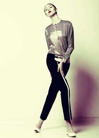 f�minit�: Vogue Joli mod�le de mode en culotte noire posant F�minit�