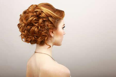 tinte cabello: Styling. Vista posterior de la mujer del pelo rojo rizado. Cuidado del Cabello Salon Spa Concept