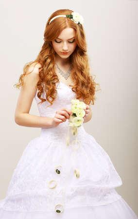 Tendresse & Romance. Red Bride de cheveux avec des fleurs fraîches dans la rêverie. style de mariage