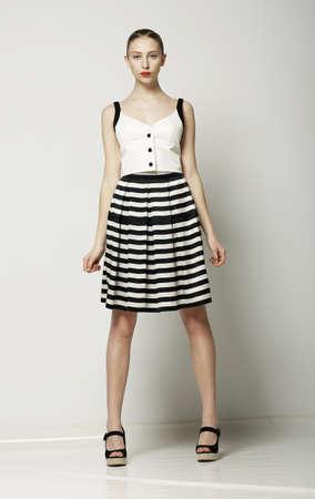 nifty: Ultra Modieuze Vrouw in Moderne gestreepte jurk poseren. Vogue zomer collectie