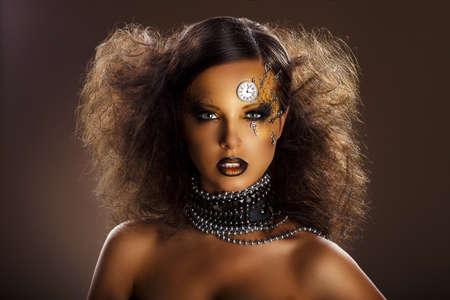 fantasy makeup: Fantasy Face Bronze de la mujer hermosa con el reloj de la plata y claves Arte Foto de archivo