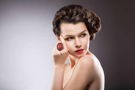nobile: Lady Noble. Splendida Posh Brunette with Jewelry - Rubino anello ovale. Treccia Acconciatura Archivio Fotografico