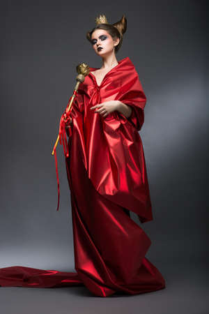 mage: Moyen-Age Magie Wizard de Woman Lordly in Red Pallium avec Scepter Witchcraft Banque d'images