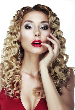labbra sensuali: Glance. Soffriggete. Sexy Blonde brillante con i capelli ricci. Red Lips Sensual