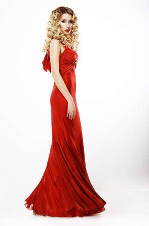 traje de gala: Lujo Encuadre de cuerpo entero de la se�ora elegante en rojo satinado vestido rizado pelo rubio