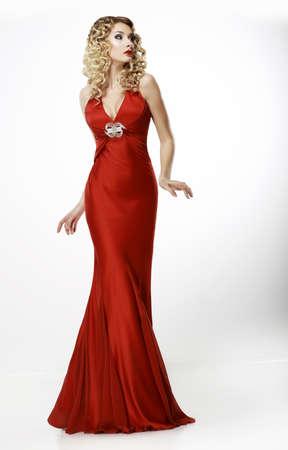 nifty: High Fashion Fraaie Blonde in zijden avond Rode Toga Vrouwelijkheid