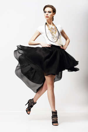 Movimento. Vitalità. Supermodel lusso in abito svolazzante moda. Oscillazione Archivio Fotografico - 19755942