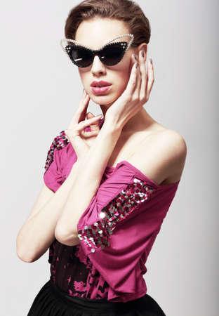 magnetismo: High Fashion. Mujer elegante atractiva en gafas de sol oscuras. Magnetismo Foto de archivo
