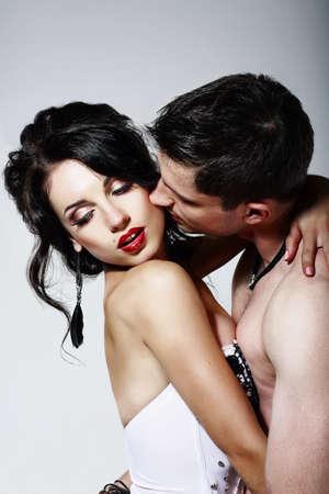 femmes nues sexy: Intimit�. Couple de Beloveds baisers et des �treintes. Proximit�