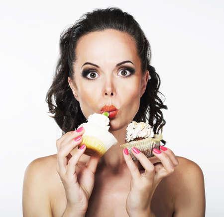 gula: Gula Mujer joven divertido hambriento come codicioso tortas con crema Foto de archivo