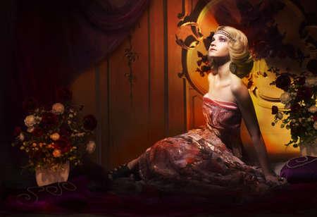 aristocrático: Mujer aristocr�tica en interior vintage de lujo que mira para arriba Foto de archivo
