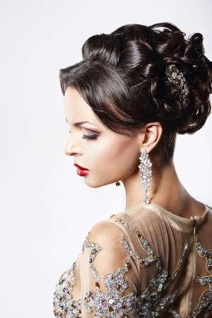 aretes: Perfil de Classy Brown Hair Lady con joyas y peinado festiva Foto de archivo