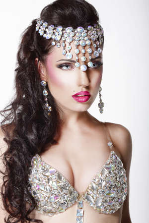 aristocrático: Lujo Mujer aristocr�tica en corona brillante con la joyer�a