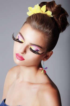 stage makeup: Phantasy. Spettacolare donna alla moda con trucco drammatico Stage. Glam