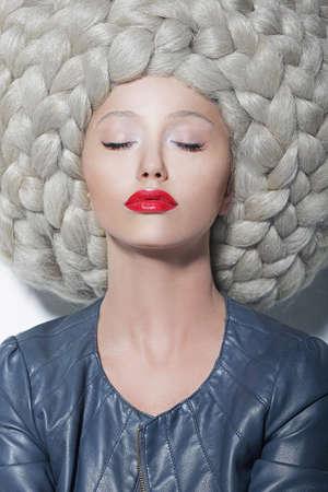 Imagination Créativité Portrait de la mode Femme dans futuriste Somptueux perruque énorme avec Tresses